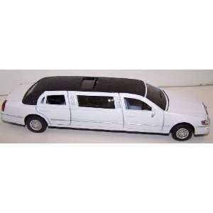 1999 Lincoln Town Car Stretch Limousine in Color White Toys & Games