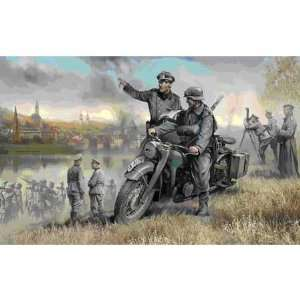 1/35 German WWII Solo Motorcycle R/12 w/Crew ZVE3632 Toys